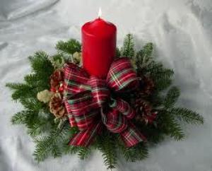 Kerstversieringen in en om huis: Kaarsen, kaarsen en nog eens kaarsen, Een mooie krans op tafel, Glas-in-lood theelichtjes
